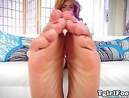 Ebony Shemale Puts Oil On Her Feet