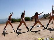 Puttane Nude In Spiaggia Si Allenano E Petto In Fuori
