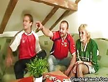 Abuela Guarra Y Futbolera