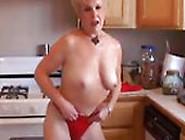 Eine Oma Stript In Ihrer Küche