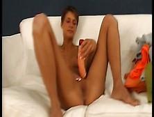 La Joven Y Esbelta Mujer Penetra Su Coño Con Un Dildo
