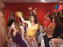 Novia Le Chupa La Polla Al Stripper