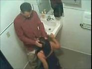 Vadia Pagando Um Boquete Escondido No Banheiro