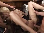 In Een Sexclub Worden De Gasten Opgewarmd Met Een Showtje Van De