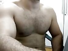 Sexy Tío Cachas Exhibe Sus Músculos