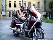 Uma Menina Safada Toca-Se Em Cima Da Moto!
