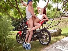La Esbelta Pelirroja Shona River Folla Sobre Una Moto En El Parq