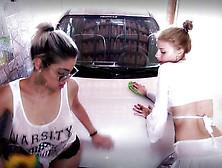 Lavando O Carro Com A Buceta
