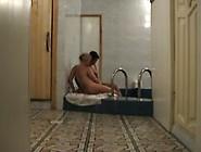 Zwei Mädchen Küssen Einander Auf Öffentliche Sauna