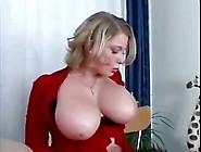 Une Maman Sexy Qui Aime Les Jeunots