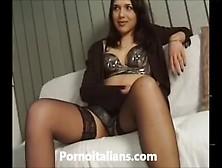 Amatoriale Italiano - Moglie Si Masturba La Figa Con Vibratore -