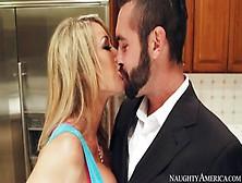Lo Sposo Viene Cacciato Dalla Sposa E Scopa Una In Cucina