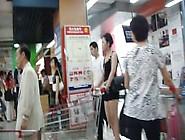 偷拍《超市跟拍漂亮的黑色连衣短裙少妇》