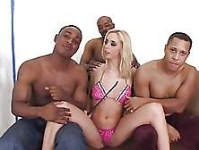 Hermosa Rubia Comparte Su Chocho Con Varios Hermanos Negros