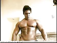 Un Bodybuilder Gigante E Meraviglioso