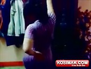 شرموطة عربية ترقص و تهز طيزها
