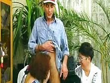 Trío De Macho Joven Con Dos Germanas Muy Maduras