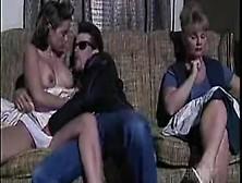 Un'adolescente Ribelle Scopa Col Suo Fidanzato Rockettaro Vicino