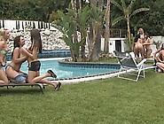 Sletjes Houden Een Geile Orgie Bij Het Zwembad