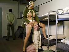 Надсмотрщица Трахается С Заключёнными