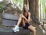 elle se gode la chatte avec une banane, assise sur un banc !