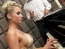 Gorgeous Laura Crystal Seduced For A Magnificent Sex Game